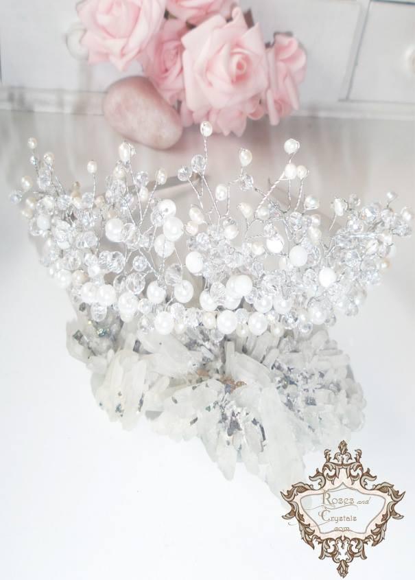 Нежна дизайнерска тиара с бели перли и кристали на AbsoluteRose