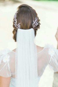 Сватбена прическа с воал и украса за коса