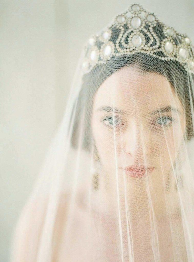 Сватбена прическа корона с воал