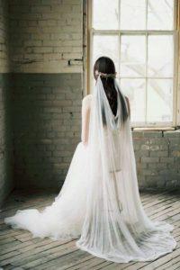 Сватбена прическа с воал от двете страни на главата