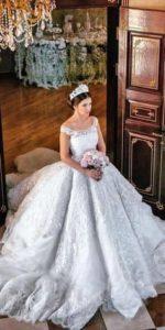 Прическата на булката и нейната украса трябва да отговаря на стила на сватбената рокля